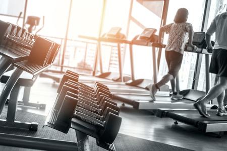 dumbbells의 행 및 체육관 및 근육 건물, 강도, 고 대비 및 흑백 체중 감량에 대 한 라이프 스타일 개념에 대 한 개인 트레이너에 건강 한 라이프 스타일 피