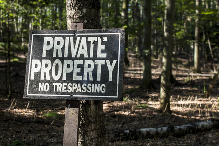 Private property keep out sign in rural forest land ownership concept. Stok Fotoğraf - 85895399
