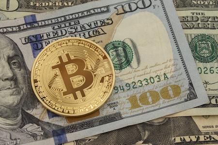 ビットコインとドルだ 米国ドルを超えて上昇 BTC 市場シンボルの暗号化。 紙の通貨の上にゴールドメタルビットコイン。 テキストと文言のためのス