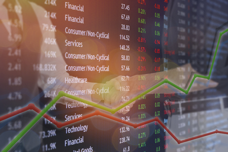 手を振る取引が出来て、交換 bitcoin と株式市場の概念のためのビジネス取引。 写真素材