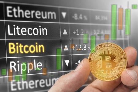 Bitcoin とドル。 BTC 市場シンボルやアメリカ合衆国ドルを超えて上昇 cryptocurrency のキャンドル。 紙幣の上にゴールドの金属 bitcoin。 テキストおよび 写真素材