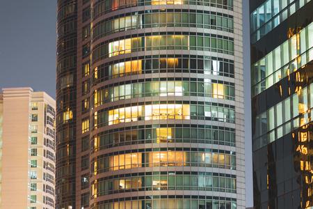 Ventanas de apartamentos por la noche. Concepto de privacidad en condominio de lujo. Foto de archivo