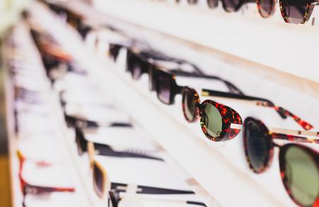 Tienda de anteojos y ropa para gafas de sol. Última moda de tendencia.