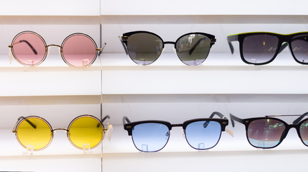 Sunglasses on display for beauty and apparel. 免版税图像