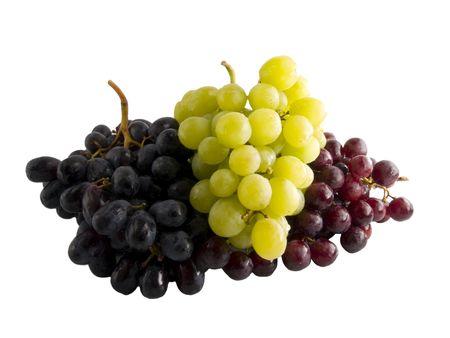 pasas: A cerca de un mont�n de frescas rojo, negro y verde uvas aisladas sobre un fondo blanco.