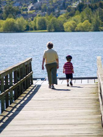 abuela: Una abuela con su nieto a pie en el muelle.