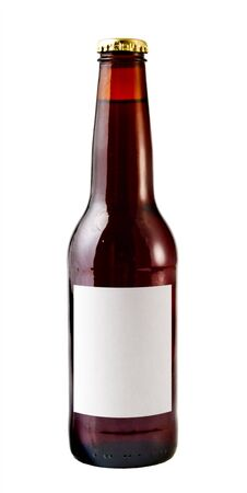 A close up on a brown beer bottle isolated on a white background with a blank label. Imagens