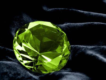 pietre preziose: Stretto su un Emerald gioiello su uno sfondo scuro. DOF poco profonde.