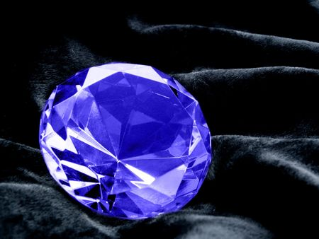 A close up on a Sapphire jewel on a dark background. Shallow DOF. Imagens