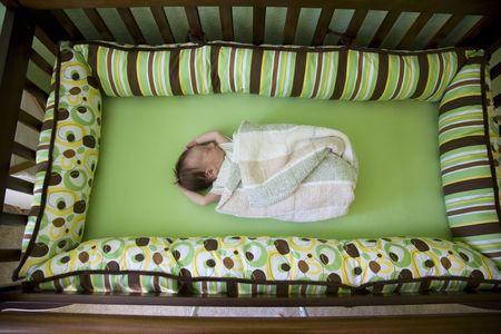 bebe cuna: Una semana beb� en una cuna. Someras DOF