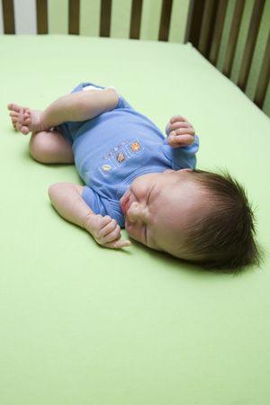 Un bebé de la semana anterior en una cuna. GDL superficial Foto de archivo - 3671354