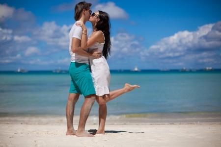Pareja romántica en la playa tropical