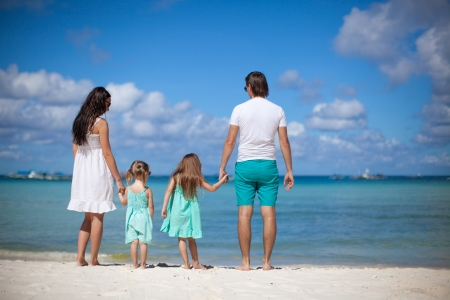 klein meisje op strand: Jonge mooie gezin met twee kinderen lopen op het strand Stockfoto