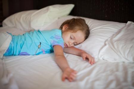 Adorabile bambino schiacciando un pisolino
