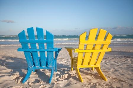 getaways: Sillas de playa de madera para vacaciones y escapadas de verano en Tulum, M�xico Foto de archivo