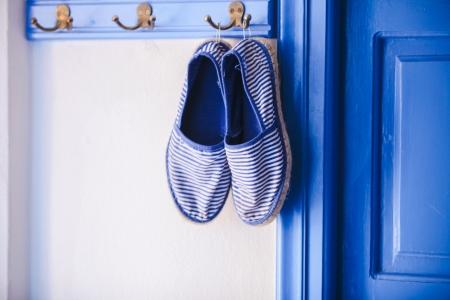 cycladic: Pantofole da donna blu in stile greco di casa sulle isole Cicladi