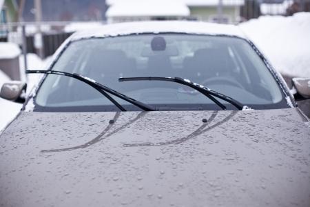 Voorruit van de auto op een regenachtige dag