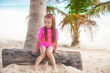 Niña linda en traje de baño agradable se divierte en la playa caribe tropical, Mexico Foto de archivo - 22862150