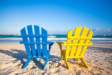 getaways: Sillas de playa de colores de madera para vacaciones y escapadas de verano en Tulum, M�xico Foto de archivo