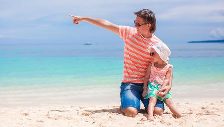 adn: Muchacha linda del ni�o del ADN del joven padre se relaja en la playa blanca