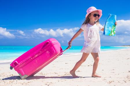 Kleine niedliche Mädchen mit großen Koffer und einer Karte auf tropischen Strand Standard-Bild - 27824570