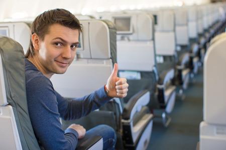 Junger Mann mit einem kleinen Modellflugzeug in einem großen Flugzeug Standard-Bild - 28083288