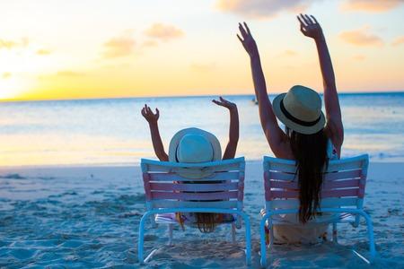 Kleines Mädchen und Mutter glücklich am Strand Stühlen sitzen bei Sonnenuntergang Standard-Bild - 28092305