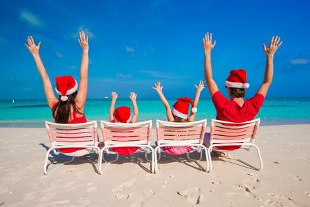 Glückliche Familie mit zwei Kindern in Santa Hut auf Sommerurlaub Standard-Bild - 30121834