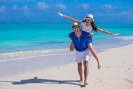 Junge Paare haben Spaß am weißen Sandstrand Standard-Bild - 30963039