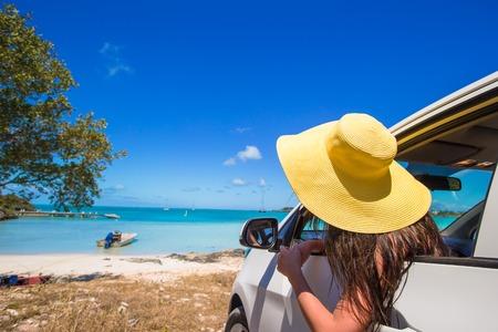 Junge Frau späht aus dem Auto Standard-Bild - 32650007