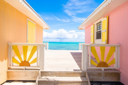 エキゾチックなカリブ海の島の明るい着色された家