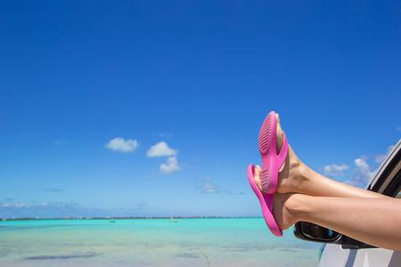 Flip Flops aus dem Fenster eines Autos auf den Hintergrund tropischen Strand Standard-Bild - 32993296