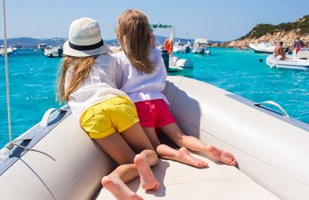 Bambine che navigano in barca in mare limpido aperto
