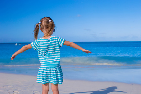 beach sun: Adorable little girl at white beach during summer vacation