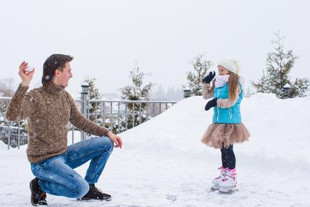 neve palle: Happy palle di neve gioco famiglia in inverno giorno di neve