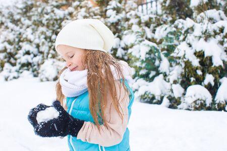 snowballs: Happy adorabili palle di neve Ragazza che gioca in giorno di inverno nevoso