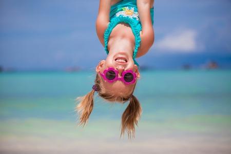 niñas jugando: Niña feliz al aire libre durante las vacaciones de verano se divierten con el padre