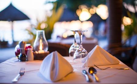 romantique: Close-up de verre avec de l'eau dans un restaurant le soir Banque d'images