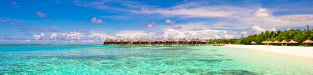 azul turqueza: Vista panorámica de iidyllic playa tropical con arena blanca y agua turquesa perfecta Foto de archivo