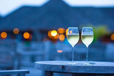 Dos vasos de vino blanco sabrosa al atardecer Foto de archivo