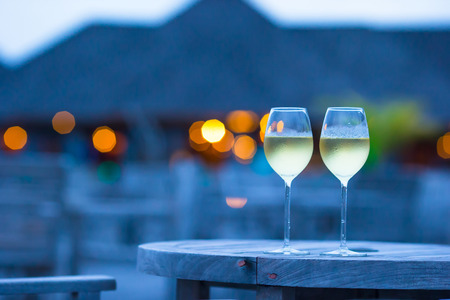 Twee glazen van lekkere witte wijn bij zonsondergang Stockfoto