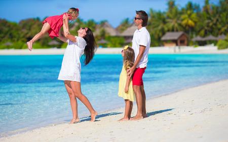 vacaciones en la playa: Familia joven en vacaciones Foto de archivo