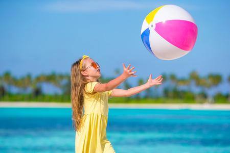 使用在与球的海滩的小可爱的女孩