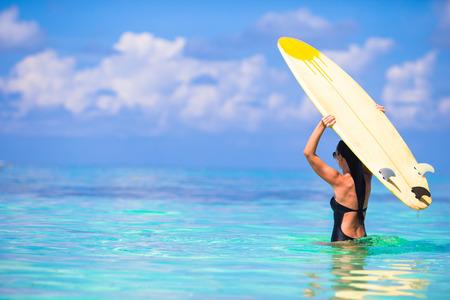 Bella donna surfer surf durante le vacanze estive Archivio Fotografico