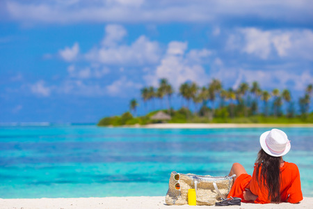 descansando: Mujer joven hermosa que se relaja en la playa Foto de archivo