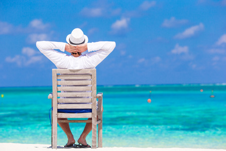 Young man enjoying summer vacation on tropical beach Banque d'images