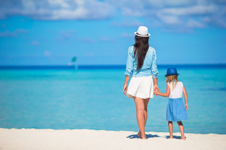 Little girl and young mother during beach vacation Reklamní fotografie