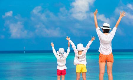 Niñas con mamá se divierten en vacaciones tropicales Foto de archivo
