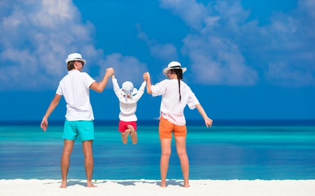 Young family of three on white beach during tropical vacation 版權商用圖片 - 40761713