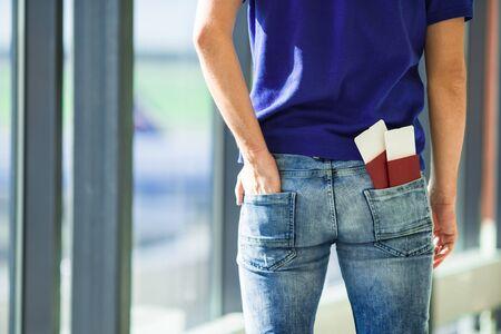pasaporte: Primer pasaportes y tarjetas de embarque en el bolsillo de los pantalones vaqueros en el aeropuerto